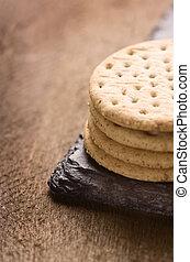crackers, stapel, samen, op, black , steen, houten, background.copy, space.
