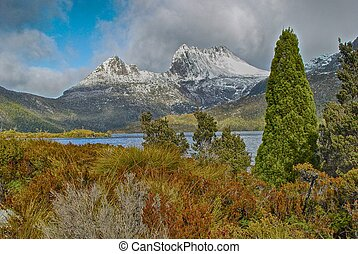 Cradle Mountain above Dove Lake, Tasmani