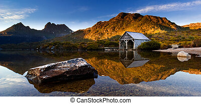 Cradle Mountain Sunrise - Beautiful Dove Lake Landscape