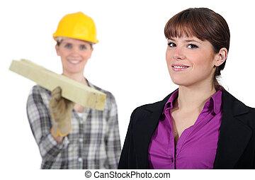 craftswoman, e, jovem, homem negócios, posar, junto