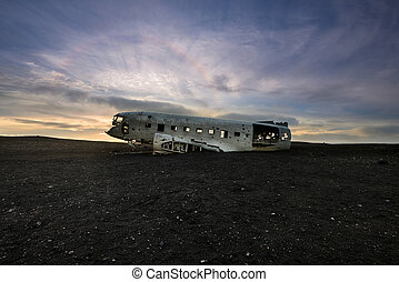 Crashed DC-3 in Iceland at sunset - Amazing Solar halo over ...