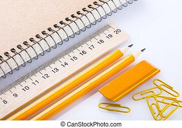 crayon, gomme, cahier, trombones, règle