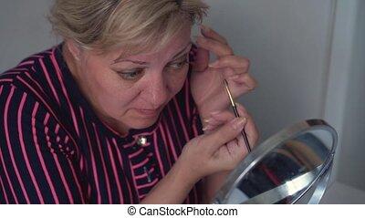crayon, pencil., demande, adulte, grand plan, miroir., devant, maquillage, yeux, oeil, figure, femme, maquillage