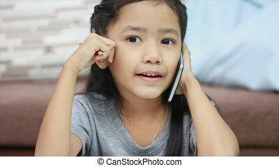 crayon, peu, smartphone, coup, haut, asiatique, fin, utilisation, girl, devoirs, parler