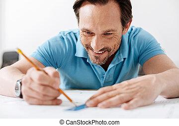crayon, règle, lignes, tracer, homme souriant