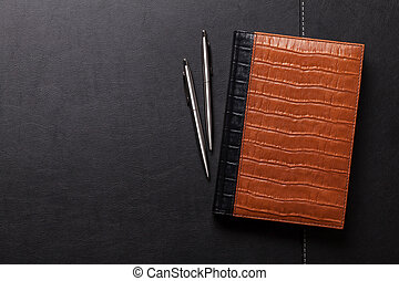crayon, stylo, bloc-notes, bureau, table