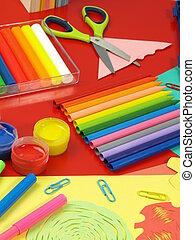 crayons, op, een, rood bureau