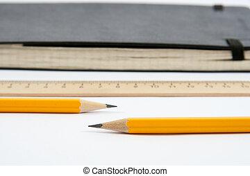 crayons, règle, deux, isolé, fond, blanc