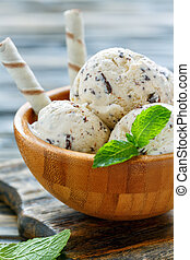 Creamy ice cream with chocolate crumb and wafer rolls.