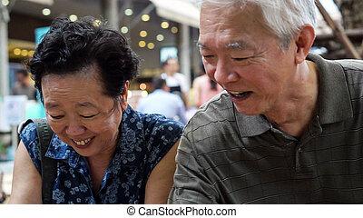 crean, hartelijk, buiten, het voeden, vrolijke , datering, paar, ijs, ouder, aziaat