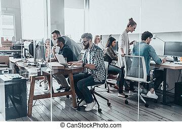 creativo, affari, team., gruppo, di, giovane, persone affari, lavorativo, e, comunicare, insieme, mentre, seduta, a, loro, lavorativo, locali, in, ufficio