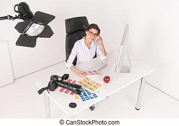 creativo, businesswomen., punta la vista, de, confiado, cuarentón, mujer de negocios, sentado, en, ella, lugar activo, y, mirar cámara del juez
