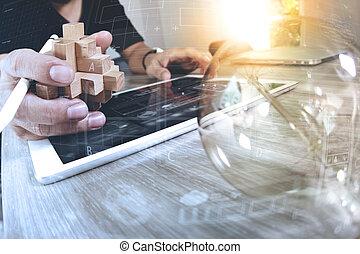 creativo, mano, actuación, madera, rompecabezas, y, foco, con, computadora de computadora portátil, y, tableta, computadora, como, diseño, concepto