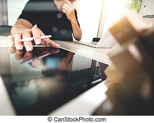 creativo, mano, trabajando, tableta de digital, y, madera, rompecabezas, con, computadora de computadora portátil, y, tableta, computadora, como, diseño, concepto