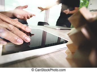creativo, mano, trabajando, tableta de digital, y, madera, rompecabezas, con, computadora de computadora portátil, y, el suyo, equipo, como, diseño, concepto