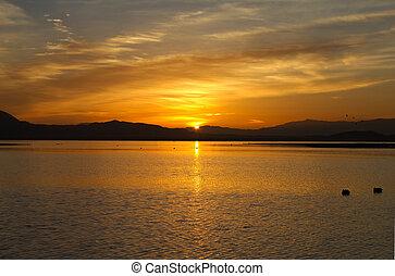 cresting, sopra, orizzonte, lago, sole