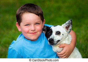 criança, amorosamente, abraços, seu, animal estimação, cão