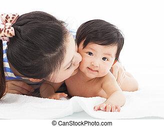 criança, beijando, bebê, sorrir feliz, mãe