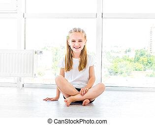 criança, chão, sorrindo, femininas, sentando