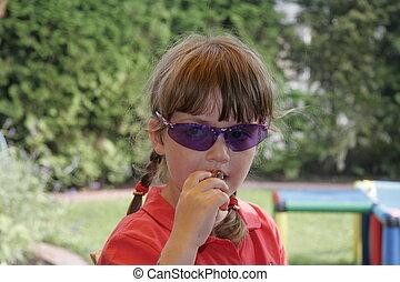 criança, com, azul, óculos de sol