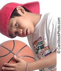 criança, com, curioso, expressão, segurando basquetebol