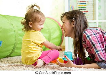 criança, dela, brinquedos, junto, mãe, menina, tocando
