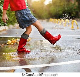 criança, desgastar, vermelho, carregadores chuva, pular, em,...