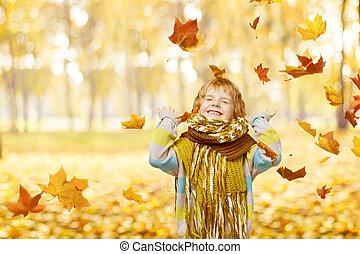 criança, em, outono, parque, pequeno, criança, feliz, tocando, com, queda, amarelo sai