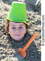criança, enterrado, areia