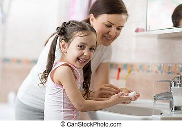 criança, filha, lavando, menina mulher, banheiro, mãos, sabonetes, dela