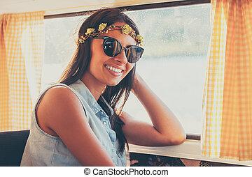 criança flor, em, a, sun., feliz, mulher jovem, sorrindo, câmera, enquanto, sentando, interior, a, retro, furgão