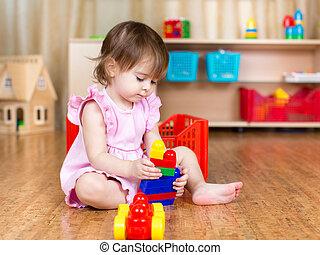criança,  Indoor, brinquedos, menina, tocando, bloco