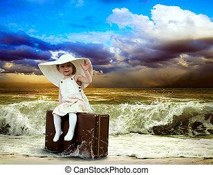 criança jovem, com, bagagem, ligado, a, praia tropical
