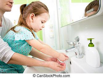 criança, lavando, mãe, mãos