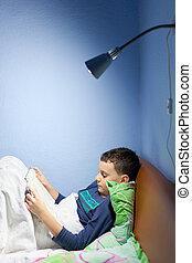 criança, lendo um livro, em, hora dormir