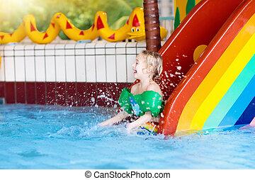 criança, ligado, piscina, slide., crianças, swim., água, divertimento