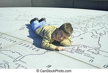 criança, ligado, um, pedra, mapa