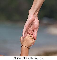 criança, mãe, praia, mãos
