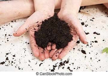 criança, mãos, segurando, solo, em, a, forma, de, um,...