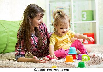 criança, menina, e, dela, mãe jogando, junto, com, brinquedos