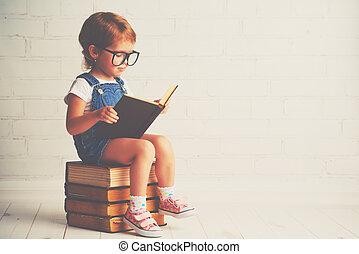 criança, menininha, com, óculos, leitura, um, livros