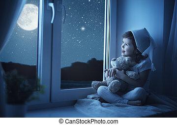 criança, menininha, em, janela, sonhar, e, admirar, a, céu...