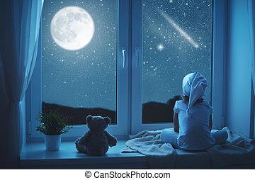 criança, menininha, em, janela, sonhar, e, admirar, céu...