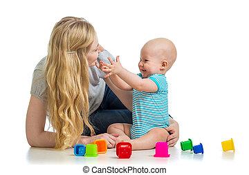 criança, menino, e, mãe jogando, junto, com, copo, brinquedos
