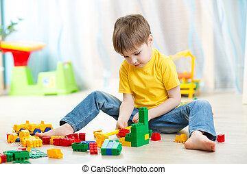 criança, menino, tocando, com, bloco, brinquedos, casa