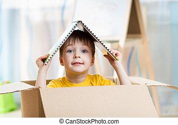 criança, menino, tocando, em, um, casa brinquedo