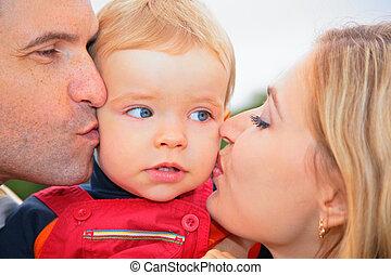 criança, pais, beijo, ao ar livre