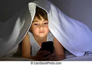 criança pequena, jogo, ligado, esperto, telefone, cama, sob,...