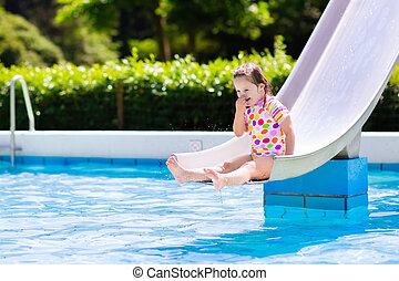 criança pequena, ligado, corrediça água, em, piscina