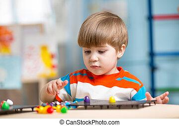 criança, tocando, com, brinquedos educacionais